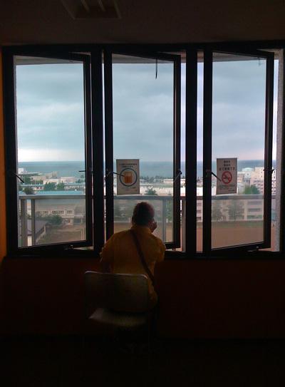 県病8階から海を眺める